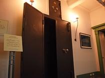 【金庫室の扉】大正12年当時のまま残っております。