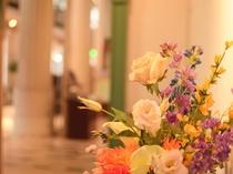 【館内】 色鮮やかなお花もございます。
