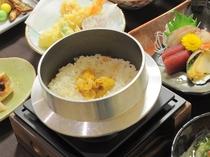 【ご夕食の一例】ウニとアワビが入った当館料理長特製のいちご煮釜飯