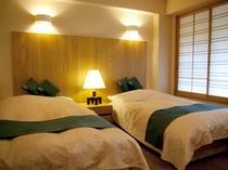 「山側 洋室(ツイン)」 ベッドはデュベスタイルです