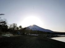 旭日丘湖岸より見るダイヤモンド富士