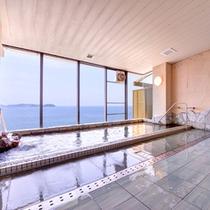 *大浴場/目の前に広がる紺碧の海を眺めながら、のんびりとご入浴いただけます。