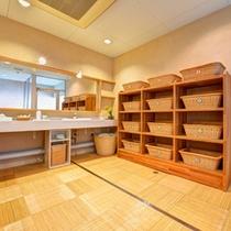 *脱衣処/清潔感のある脱衣スペース。