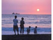 綺麗なサンセットビーチの夕日に親子が・・