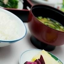 【朝食バイキング】朝食バイキングではご飯とおかゆをご用意してます