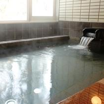 広々とした人工ラジウム温泉となります。