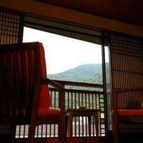 箱根連山を眺めながら和モダン客室で夕涼み