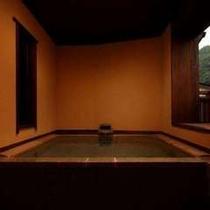 新客室の正面から撮影した客室露天風呂(そよぎの間-雲雀)