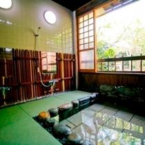 新緑の貸切露天「せせらぎの湯」洗い場畳敷き