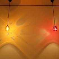 姉妹館「湯亭 花のれん」の町屋かふぇ☆しっくいの白壁にレトロなランプが映えます。