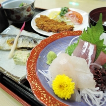 *夕食一例/日本海の旬の食材や地元産の食材を中心に、熟練の板前が腕をふるうお料理。