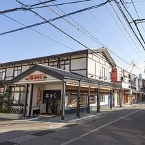 *繁華街・仲町の入り口にホテルがございます。