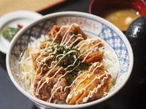 食堂「山法師」一番人気!唐揚丼
