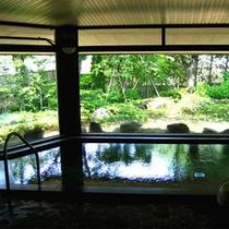 *温泉 開放感あふれる大浴場で、飯坂特有の熱めの温泉をお楽しみください。