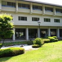 *外観 緑の芝生が眩しい、夏の当館。
