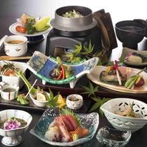 *御夕食は地場の食材を盛り込んだ和風会席膳。