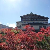 【外観】秋には彩り鮮やかな立山連峰の紅葉が楽しめます