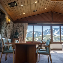 【館内一例】立山連峰の山々が見えるロビー