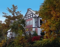 秋のペンション外観