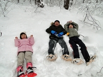ふかふかの雪に寝転ぶ親子