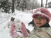 森にある木の実やドライフラワーを使って、小さな雪ダルマ作り