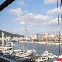 ホテルから見えるヨットハーバーと眉山