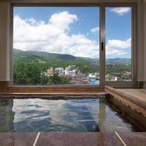 草津町や山々を望む展望貸切温泉。
