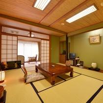 *【川側】和室10畳+広縁4畳(バス・トイレ付) 眺望よく広めの和室。のんびりとお過ごしいただけます