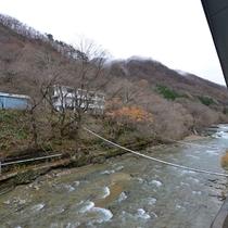 *部屋からの景色 眼下に流れるゆびそ川、癒しのひと時をお過ごしください。