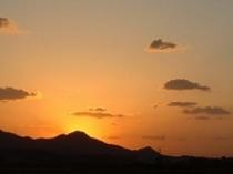 『日の入り』夕焼けに染まる山並も見事
