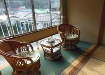 窓際の椅子