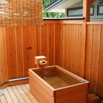 本格的な木造りの貸切露天風呂。