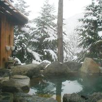 冬には贅沢に雪見露天を楽しむ。。