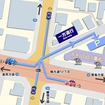 当館の駐車場入り口前の道路は一方通行です。