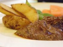 夕食のステーキは程よい焼き加減でうまみが引き立てられてます♪