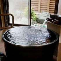 【新東館・温泉付客室『風』】信楽焼きの陶器風呂で温泉を存分に味わってください