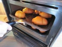 焼き上がりの朝食のロールパン