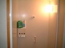 温泉浴室の他に、シャワー室もございます♪
