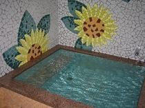 天然ラドン温泉の浴室の一例。 ヒマワリ湯