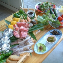 夏場のお楽しみ♪ バーベキューコースの一例 自家製のみずみずしい夏野菜とともに
