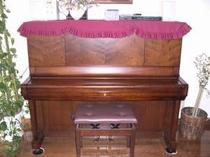 【ダイニング】 ディナーの雰囲気を盛り上げるピアノの自動演奏