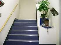 エレベーターがございませんので、階段でのご移動となります。