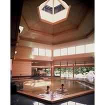 本館大浴場「夢殿」一の湯は天井が高くこの開放感