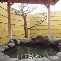 *【温泉/露天風呂】檜の香りが漂う露天風呂で、日頃の疲れをリフレッシュ!