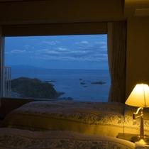 【客室】コーナースイート(10畳+海側にツインベッド)★ベッドで海を眺めたい方に★