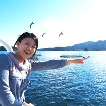 志津川湾観光船とウミネコ⑧