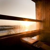 【露天風呂付客室】和室8畳 日高山脈の頂きへ沈む夕陽を眺めながら温泉に浸かる至福のひと時。