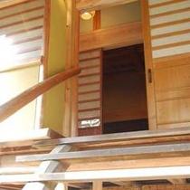 【 健部の郷の宮処 】古代の建築を思わせる高床式離れ・入口