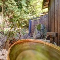 """*本館男湯/日本三美人の湯""""湯の川温泉""""。自然の息吹を感じながら入る温泉は贅沢の極み。"""