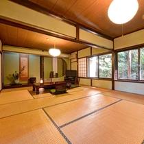 *和室12〜14畳(客室一例)/窓から望む日本庭園が心安らぐ客室。四季折々の景観をお愉しみ下さい。